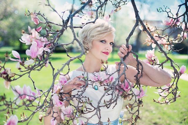 beautiful-woman-764079_640