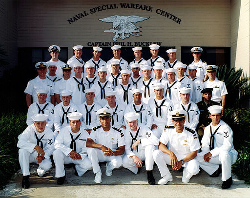 512px-US_Navy_011019-N-0000X-001_Navy_file_photo_of_Basic_Underwater_Demolition-SEAL_(BUD-S)_graduating_class_236 (1)
