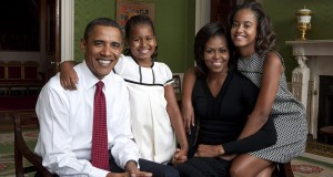 1024px-Obama_family_portrait_in_the_Green_Room