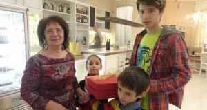 Мама и внуците й - Ирина, Виктор и Николай (през 2013 г.)