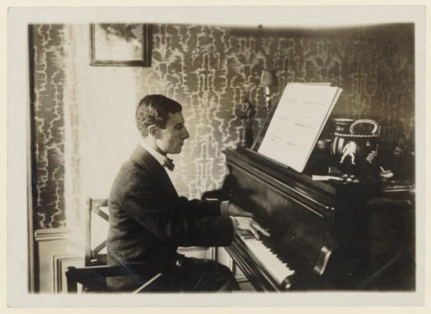 Maurice_Ravel_au_piano_1912_(2)