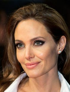 """Анджелина Джоли с диамантени обеци от """"Тифани""""."""