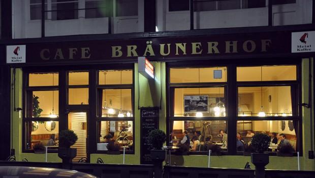 1024px-Wien_Café_Bräunerhof_abends