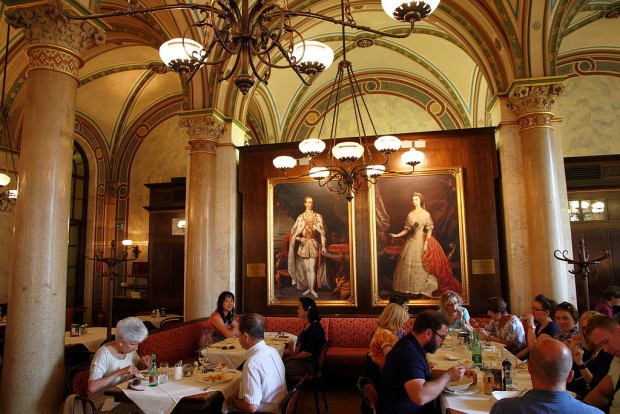 Cafe_Central_in_Vienna_interior_near_portraits