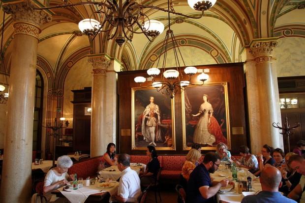 Cafe_Central_in_Vienna_interior_near_portraits