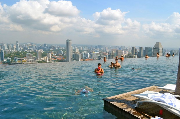 By Sarah_Ackerman from New York, USA (SkyPark Infinity Pool) [CC BY 2.0 (http://creativecommons.org/licenses/by/2.0)], via Wikimedia Commons