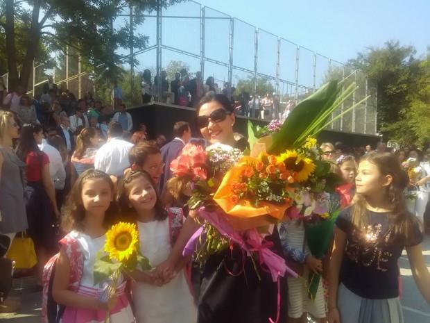 """Племенничката ми Ирина (момиченцето със слънчогледа) със своята класна - математичката Златина Митева и със съученици от 4 """"А"""" клас"""