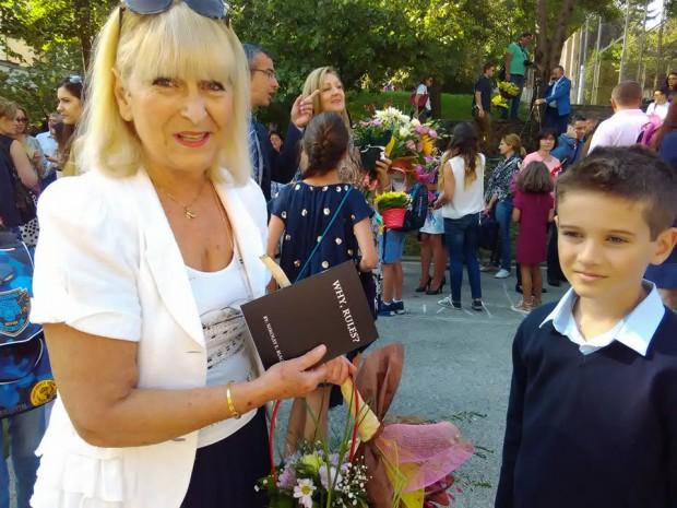 """Мисис Спирова с книгата на Ники Ники дължи много на мисис Спирова. Тя му преподаваше от 1 до 3 клас в ЧОУ """"Света София"""". Сега преподава и на Вики."""