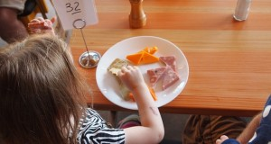 child-eating-881200_640