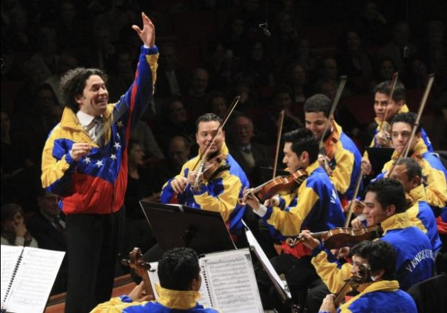 """Густаво Дудамел и симфоничният оркестър """"Симон Боливар"""" източник: Gustavo Dudamel y el Sistema de Orquestas de Venezuela"""