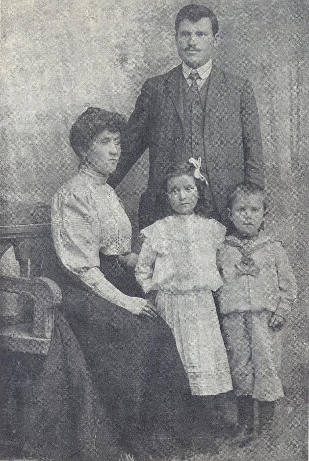 Александър Стамболийски със семейството си