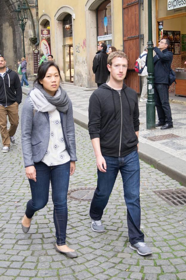 Марк Зукърбърг, съосновател на Фейсбук, и съпругата му в Прага