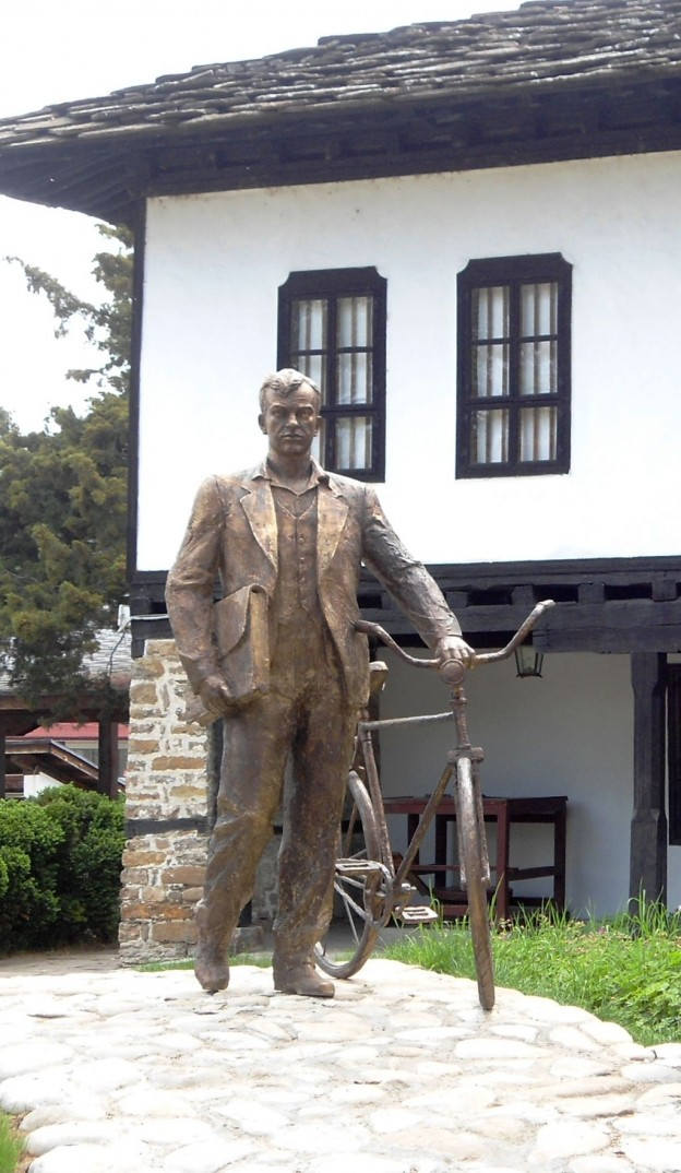 Паметник на Иван Хаджийски в Троян източник: Уикипедия/ T.Y. for Utar Sigmal