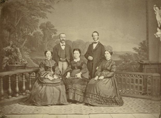 В семеен кръг София е в средата, а Шлиман вляво снимка: Уикипедия