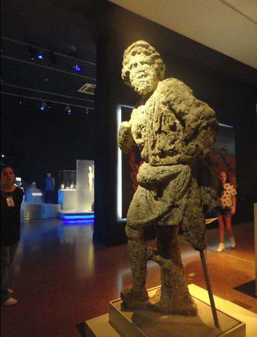 "Мраморна статуя на Одисей Кора и Курос Изложба ""Odysseys"" - тематична ос ""Итака"", повлияна от митичния герой Одисей"