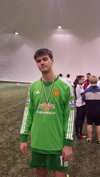 Златомир Папазов като вратар шампион от Коледното издание на турнира по футбол (26.12.2016), в което участват бивши и настоящи възпитаници на Американския Колеж.