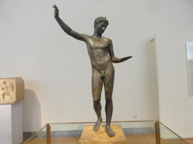 bronz statua mlad atlet