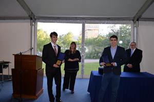 Христо Папазов и Иван Ганев по време на награждаването им от Катедрата по математика и информатика в Американския колеж. източник: ACS