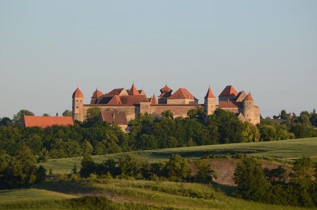 1024px-Burg_Harburg_004