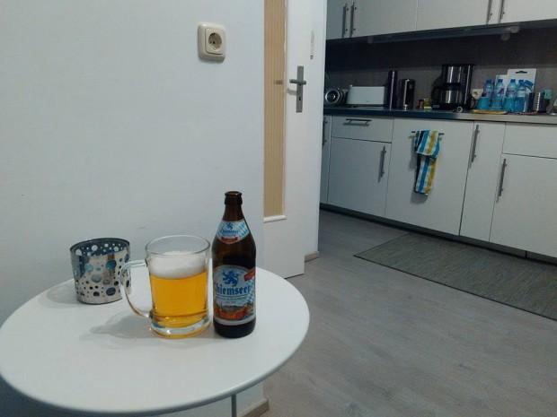 След дъждовния ден в Мюнхен мъжът ми релаксира с бира в апартамента ни в Аугсбург.