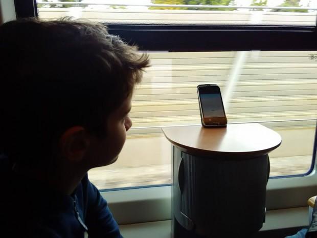 Момчетата мерят скоростта на влака.