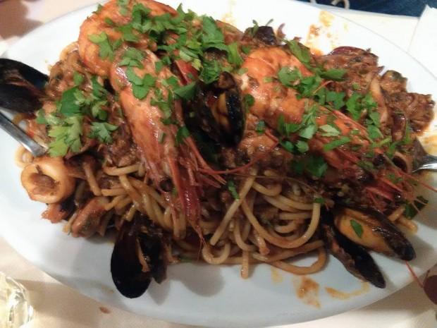 Най-големият специалитет при George's - спагети с морски дарове
