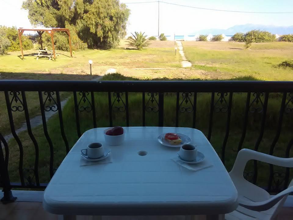 Закуска на терасата с гледка към морето