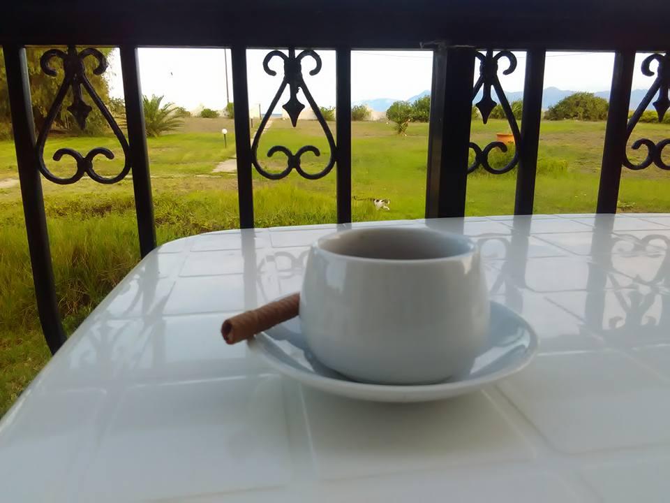 Закуска на терасата ни с гледка към морето