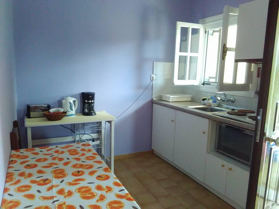 Кухничката Само закусвахме в къщата. Обикновено се хранехме в близката култова таверна - George's.