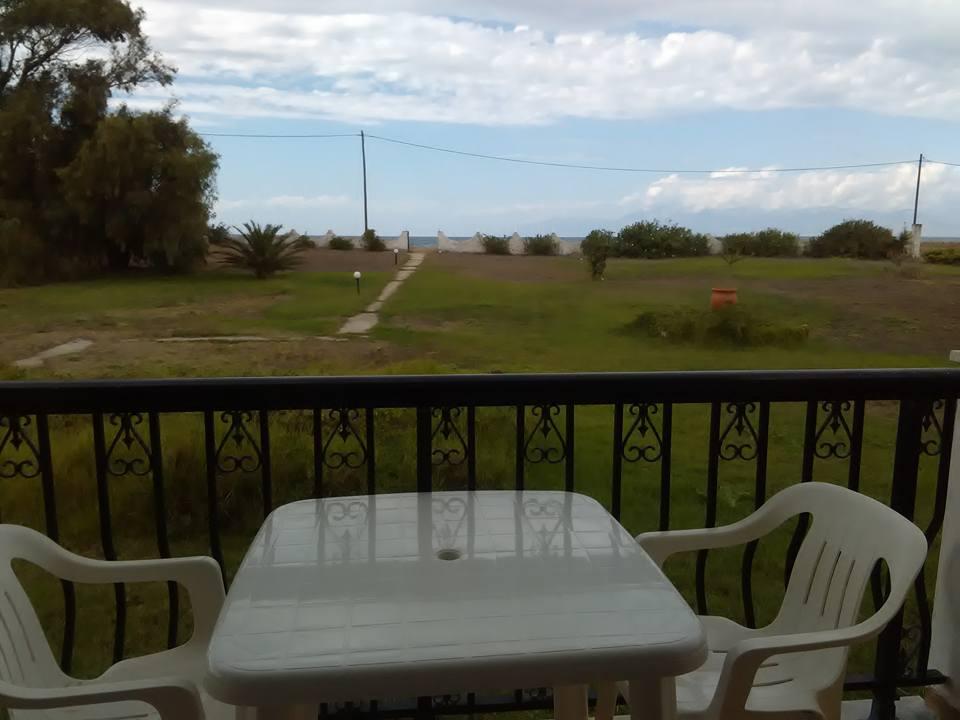 На предната тераса с изглед към морето