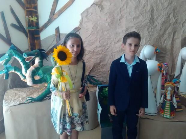 Вики и Иринка в коридора с приказните герои
