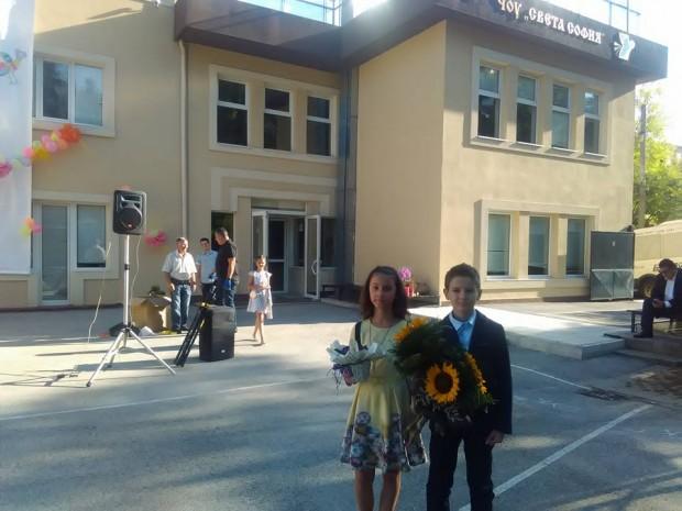 Вики и Иринка в двора на училището