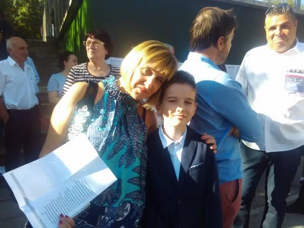 Вики и новия си класен ръководител - математичката г-жа Котиркова