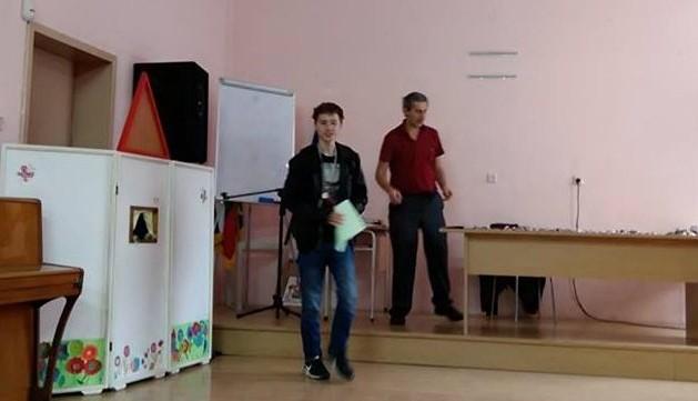 """Николай Благоев и доц. Ивайло Кортезов при награждаването на победителите от математическото състезание """"30 задачи на 30 езика"""""""