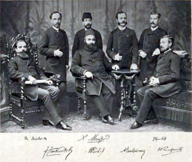 Гешов (седнал вдясно) при подписването на Букурещкия договор By Mijatovic, Cedomilj, 1842-1932 [Public domain], via Wikimedia Commons