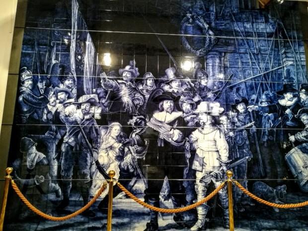 """""""Нощна стража"""" от делфтски порцелан в музея към фабриката за порцелан"""