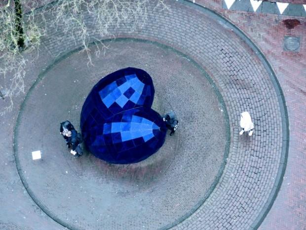 Синьото сърце прилича на бижу, когато се гледа от кулата на Новата църква