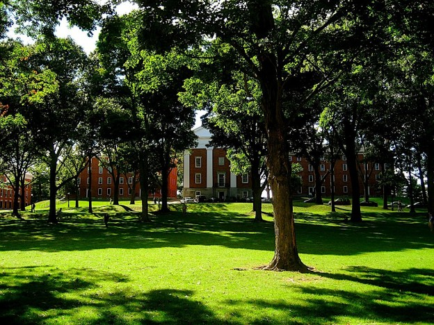 Amherst College By David Emmerman (PicasaWeb) [CC BY 3.0 (https://creativecommons.org/licenses/by/3.0)], via Wikimedia Commons