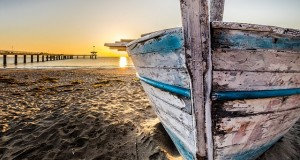 old-wooden-boat-at-sunrise-2873907_640