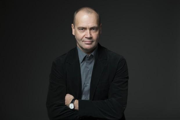 Саймън Бекет  - учител по испански, барабанист, разследващ журналист