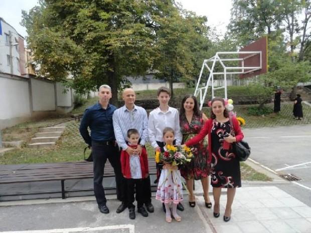 """Нашата фамилия на първия учебен ден през 2013 г., когато и трите ни деца бяха ученици в ЧОУ """"Св. София"""""""