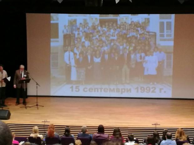 Първите преподаватели в Американския колеж след повторното му отваряне през 1992 г.