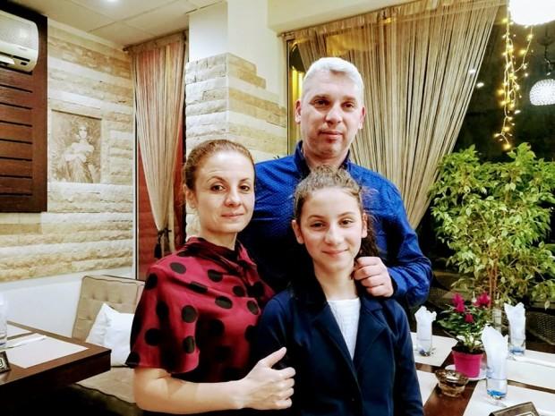 Иринка с родителите си - журналистите Биляна Бонева и Милен Атанасов