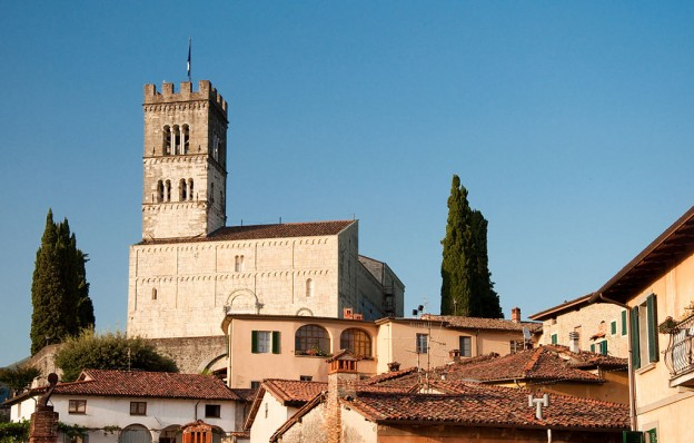 1024px-Duomo_di_Barga_from_SW