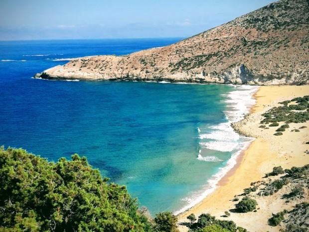 Красивият плаж Потамос, до който се стига по стръмна пътечка