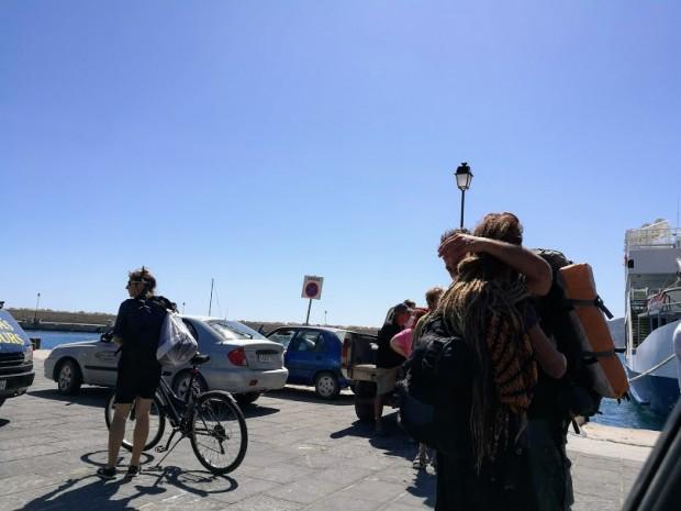 Дълга коса на тънки плитки, заплетени на кок или вързани  - типичната мъжка прическа сред плажните отшелници на остров Гавдос