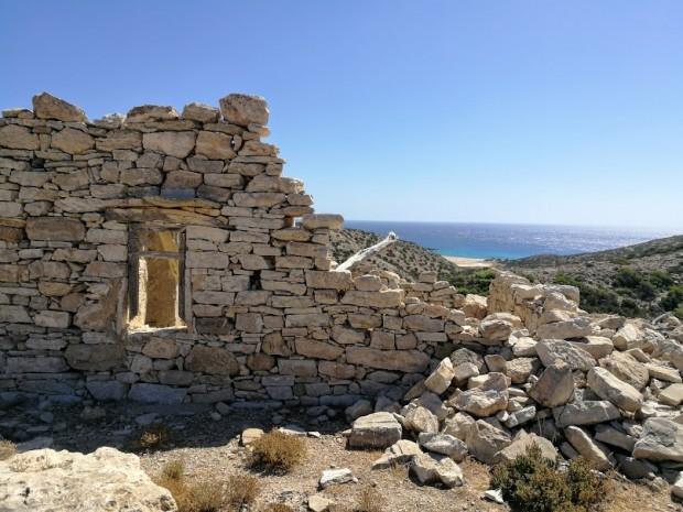 Руини от стари къщи по пътя за Трипити