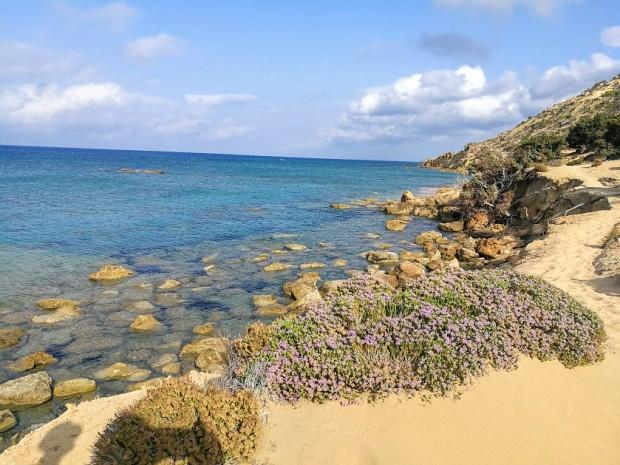 Източната част на Лавракас с доста каменисто морсо дъно