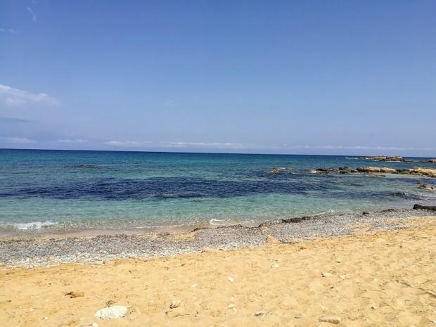 Западната и централната част на плажа Лавракас са с по-пясъчно дъно