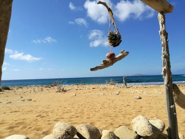 Висяща дрънкулка в заслон на плажа Потамос